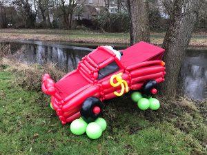ballonauto-cars-tegen-boom-geparkeerd