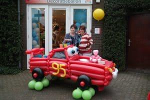 Cars-thema-verjaardag-feest-auto-van-ballonnen-als-taarttafel