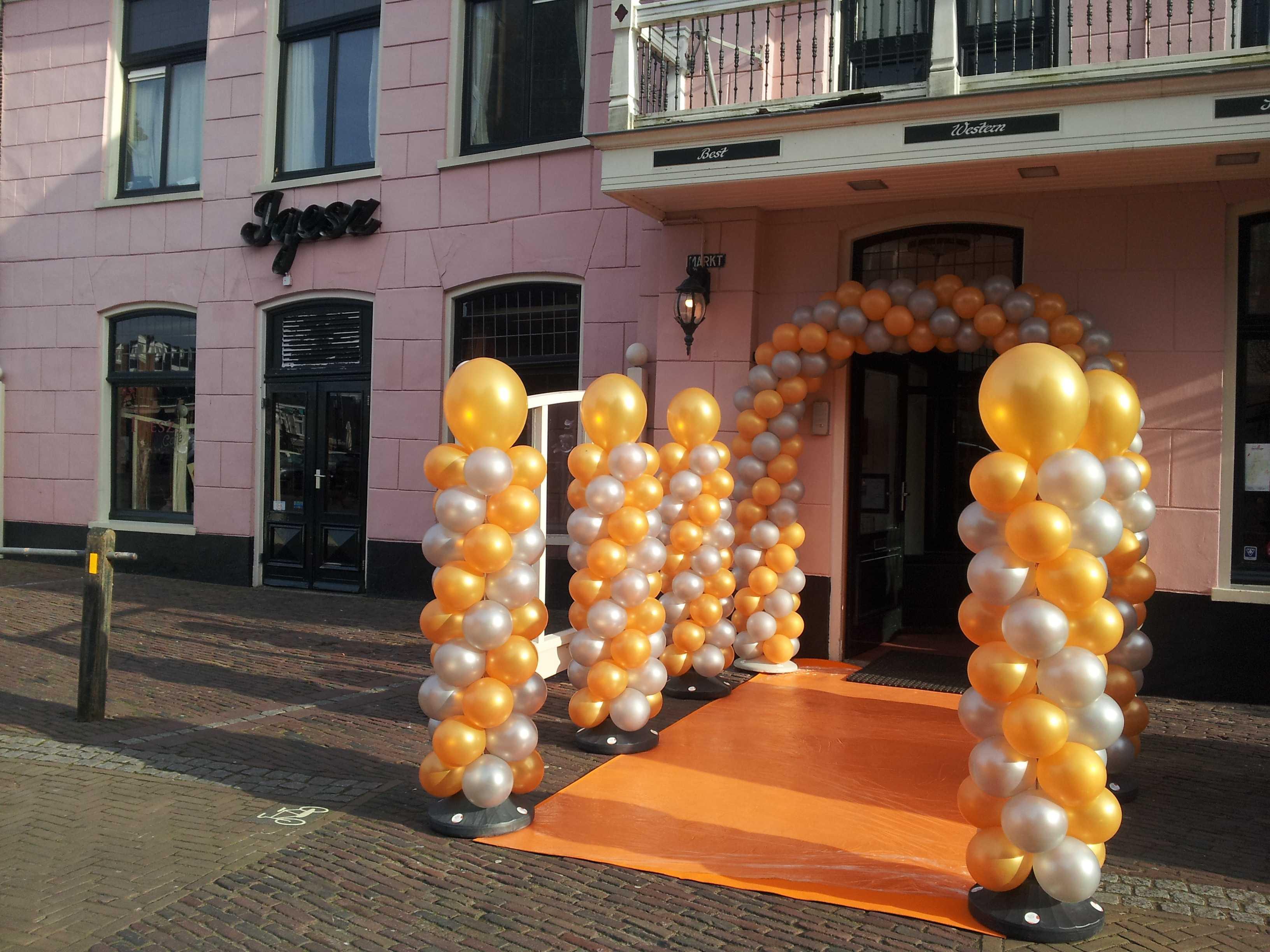 ingang-koninklijk-ballonpilaren-oranje-loper-hotel-ignesz-schagen