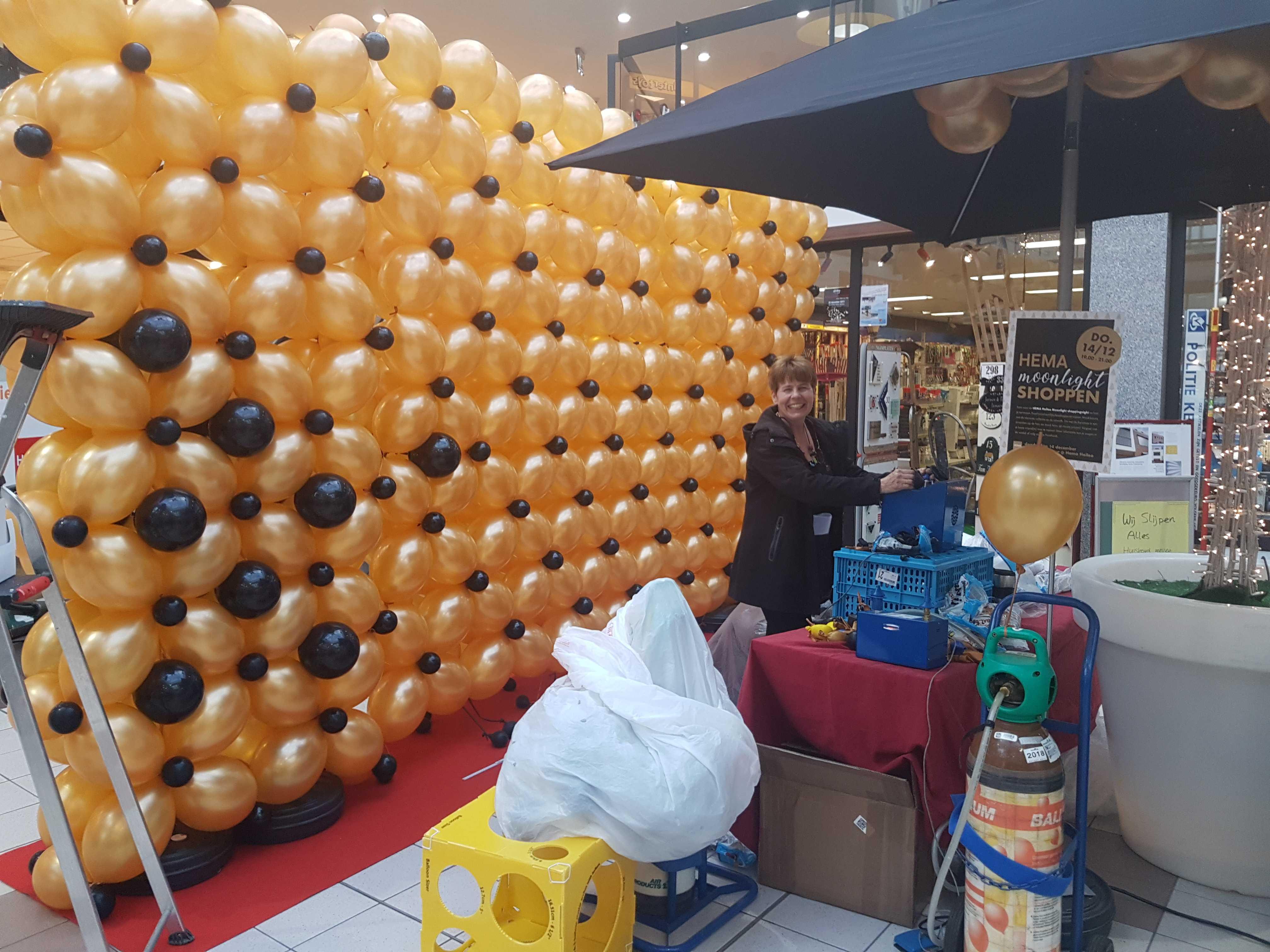 omhoog-stijgende-ballonwand-helium-spectaculaire-opening-HEMA-Heiloo
