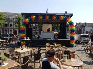 ballonboog-patroon-Alkmaar-Pride-podium-versiering-ballonslinger