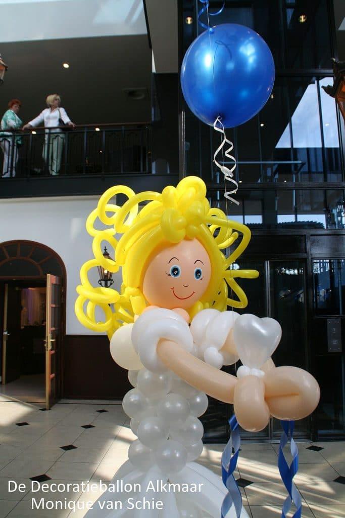 ballonmeisje-communicantje-gemaakt-van-ballonnen-naar-foto
