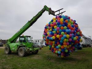 hoogwerker-takelt-enorm-grote-ballon-in-stadion