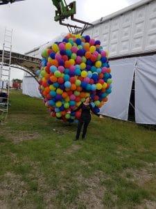 grote-ballon-hangt-klaar-aan-hoogwerker