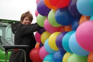 Ballonartiest-Monique-van-Schie-Hele-grote-gekleurde-ballon-aan-het-maken