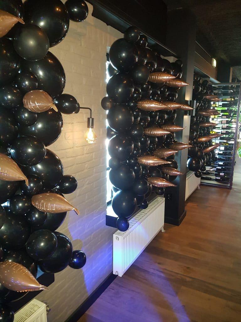 ballonmuur feestelijk om zaal donker te maken