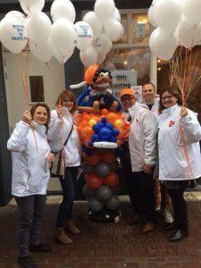 Piet-van-ballonnen-in-VVD-auto