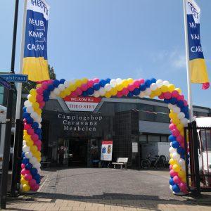 3 meter hoge ballonboog 5 meter bree slingerend patroon De Decoratieballon TheoStet paasactie Heerhugowaard e1542085753436 300x300 - Ballonboog