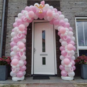 slingerend patroon ballonboog geboorte meisje met spenen en baby De Decoratieballon Midden Beemster 300x300 - Ballonboog