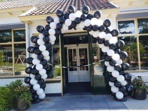 Patroon-slingerend-met-bedrukte-ballonnen-op-ballonboog-als-artiesten-spiegel-De-Decoratieballon-Heiloo