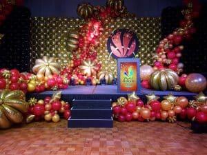 podium-feestzaal-luxe-ballondecoratie-nieuwjaarsfeest-galafeest-De-Decoratieballon