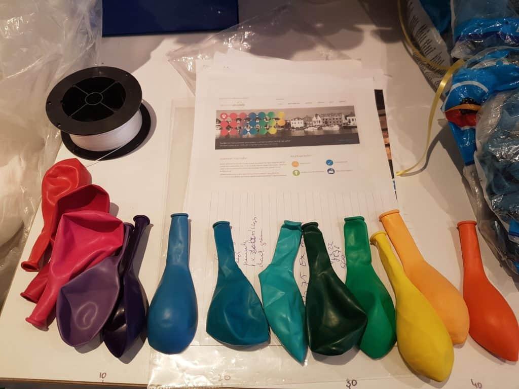ballonkleuren-bepalen-en-uitkiezen-wat-past-bij-bedrijfslogo-De-Decoratieballon