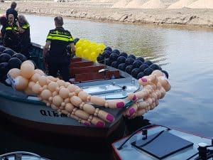 bevestigen-ballonslingers-thema-embrace-politie-boot-gay-pride-alkmaar