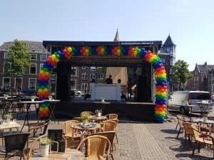 Alkmaar-Pride-podium-Waagplein-ballonslinger-gay-Pride-vlag-kleuren