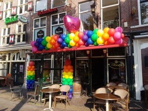 GayPride-Alkmaar-Pride-hart-cafe-'t-hartjeAlkmaar-regenboog-ballonslinger-gaypride-ballonpilaar-roze-ballonnen